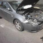 מכונית לאחר תאונה עם נזק כבד בחלק הקדמי לפירוק