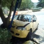 מכונית שנתקעה בעמוד מועברת לפירוק לאחר התאונה